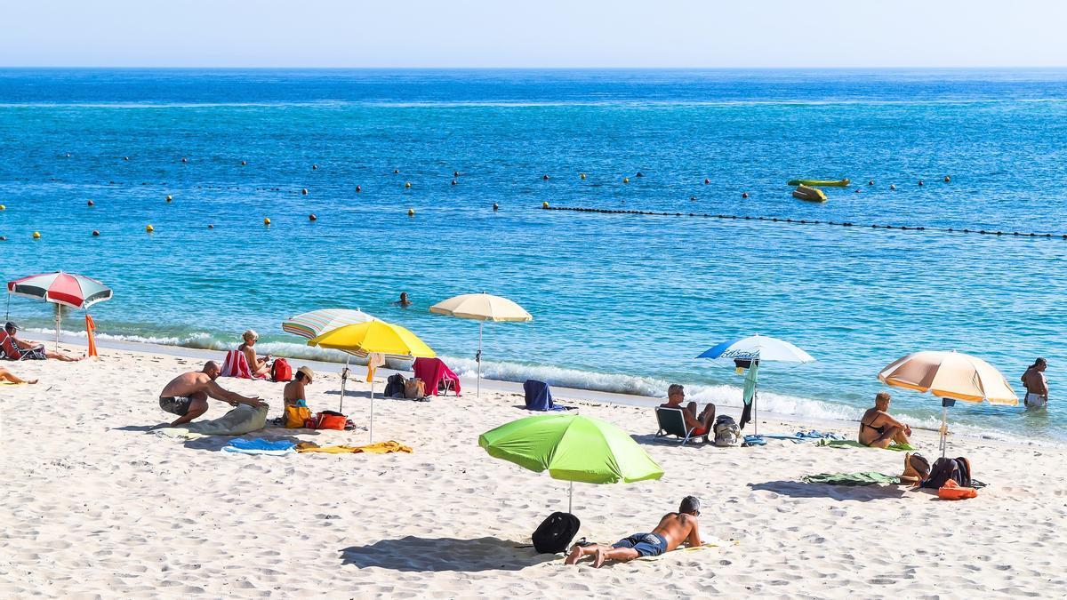 Gente disfrutando de la playa.