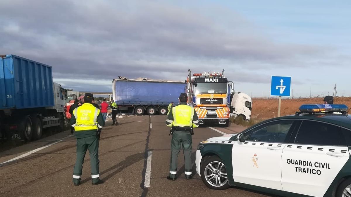 Estado de los vehículos tras el accidente, que ha cortado la carretera.