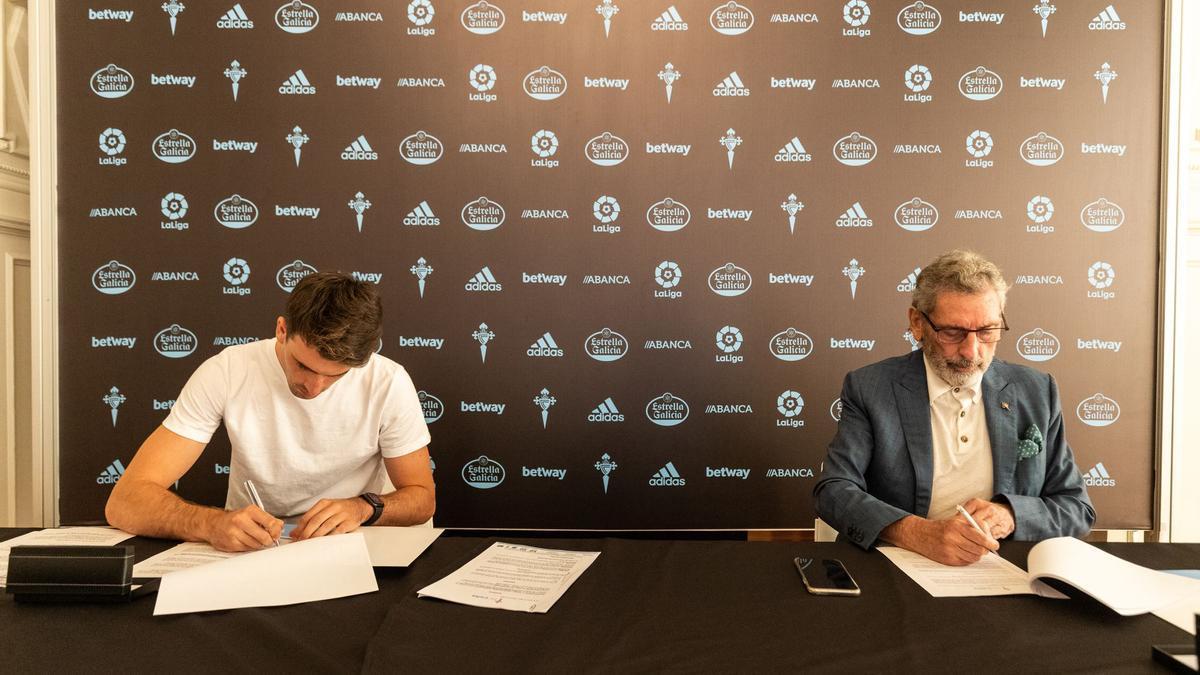 Iván Villar y Carlos Mouriño firman el nuevo contrato del portero.
