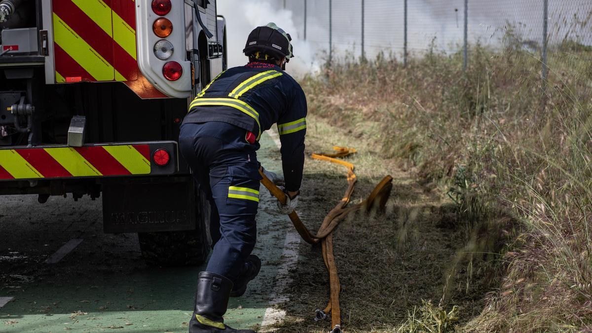 Un bombero durante una labor de extinción en Zamora.