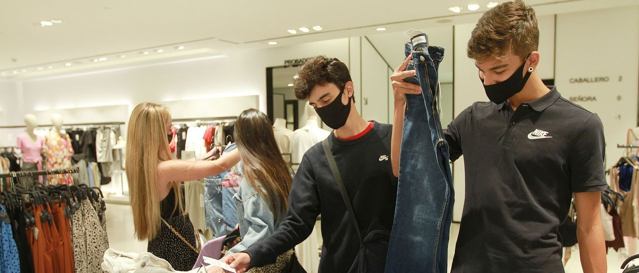 Jóvenes comprando en las rebajas de verano del pasado año. // Iñaki Osorio