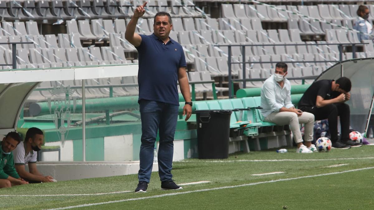 Germán Crespo, entrenador del Córdoba CF, durante el encuentro de este domingo contra el Cádiz B.