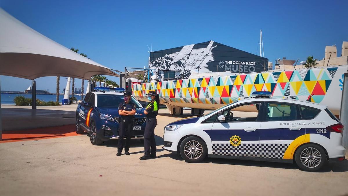 Dos agentes de la Policía Nacional y de la Local en la entrada a la zona Volvo
