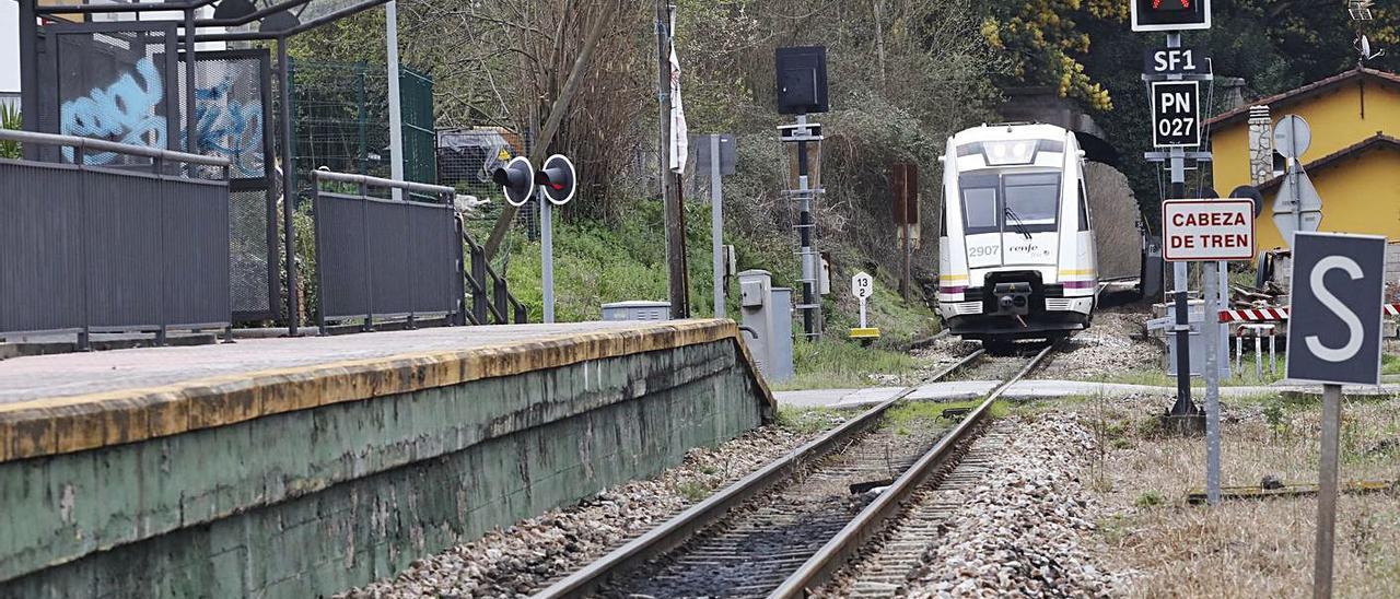 El tren llega al apeadero de Baíña, que formaría parte del recorrido del tren turístico Trubia-Collanzo. | Á. González