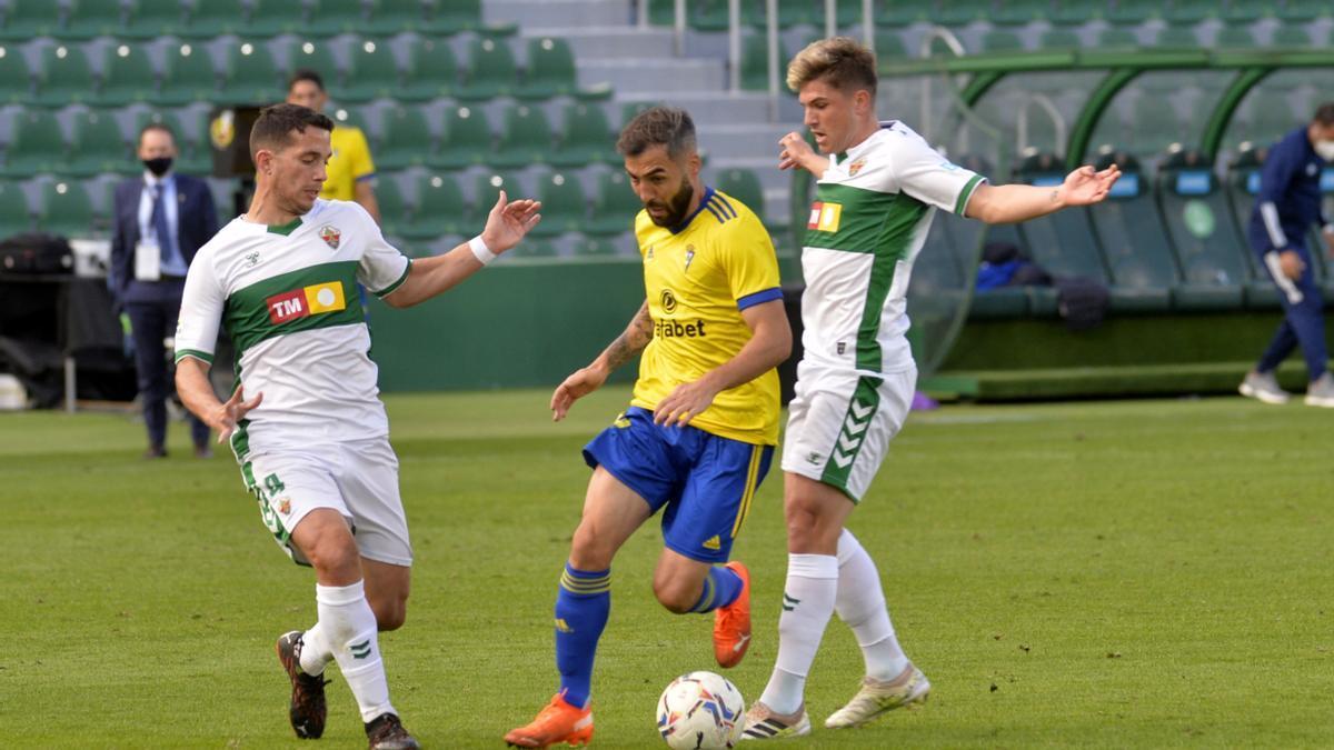 Raúl Guti e Iván Marcone presionan a un jugador del Cádiz, durante el partido del pasado sábado ante el Cádiz