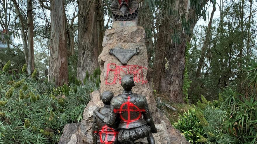 "Manifestantes pintan ""bastardo"" en la estatua de Cervantes en San Francisco"