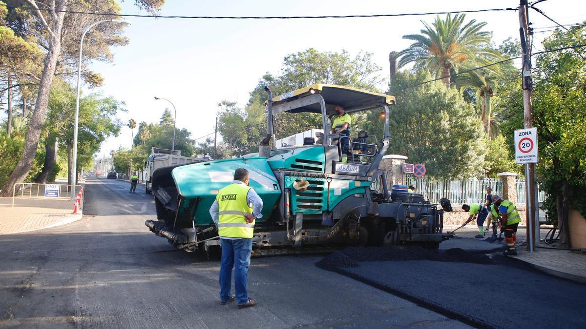Los operarios concluyen el asfaltado de este tramo de la avenida del Brillante, tras la obra de Emacsa.
