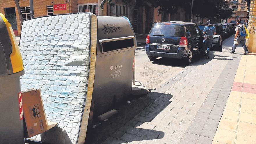 La mafia de los colchones en los contenedores llega a la Región