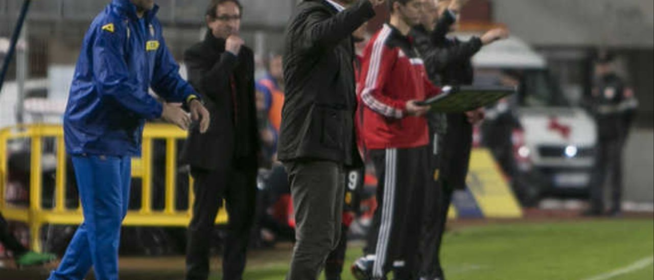 Paco Herrera, con su ayudante Ángel Rodríguez detrás, da instrucciones durante el duelo ante el Mallorca.
