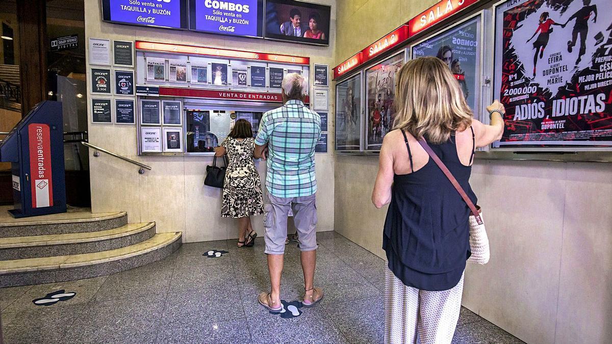Espectadores hacen cola con distancias de seguridad en el Augusta para comprar las entradas.   B. RAMON