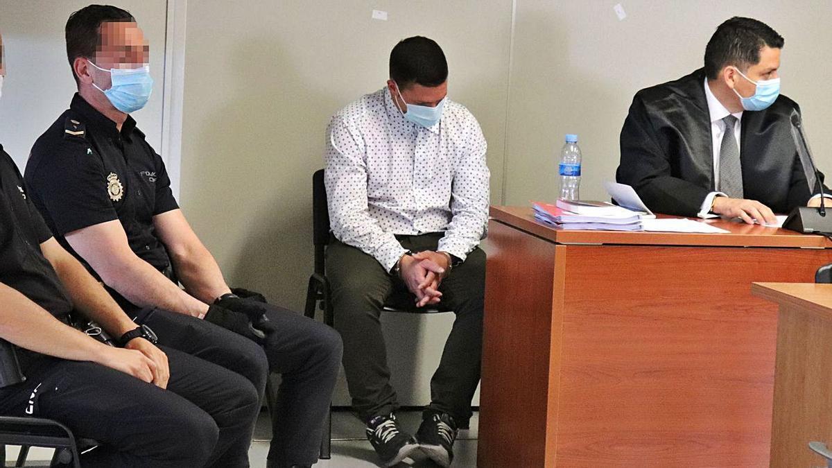 El acusado de asesinar a una anciana en València, agacha la cabeza durante el juicio. | I.CABANES
