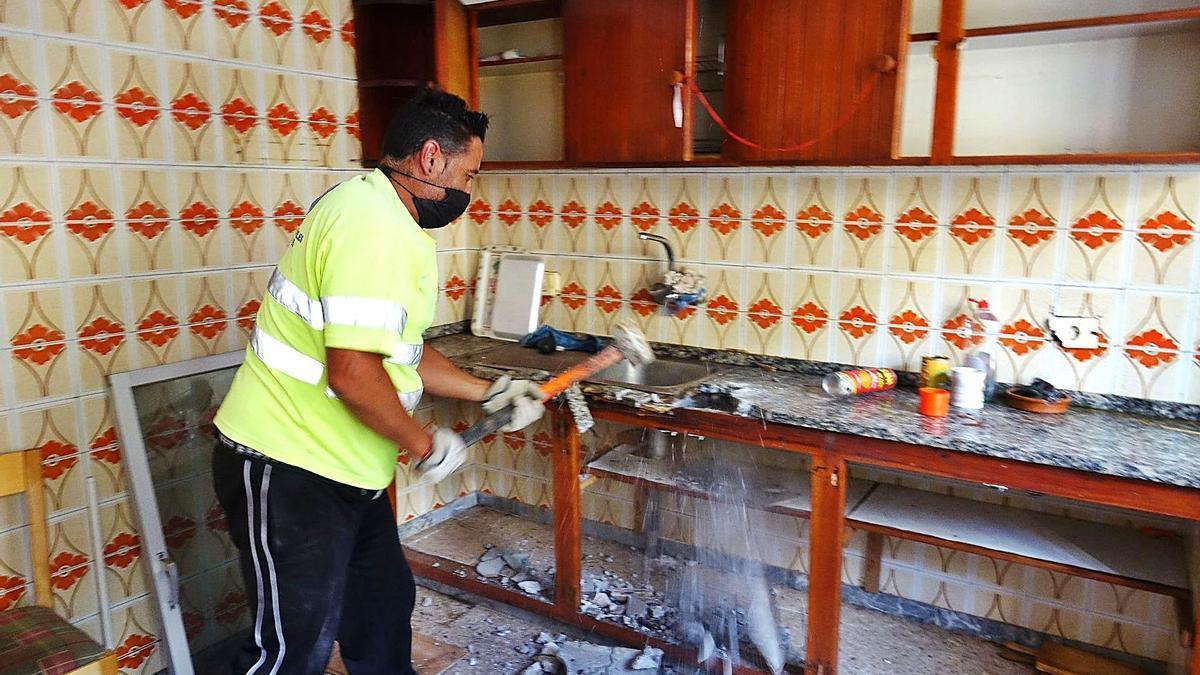 Operadores de la empresa encargados por la administración municipal arrasan las casas antiguas que ya han sido entregadas.