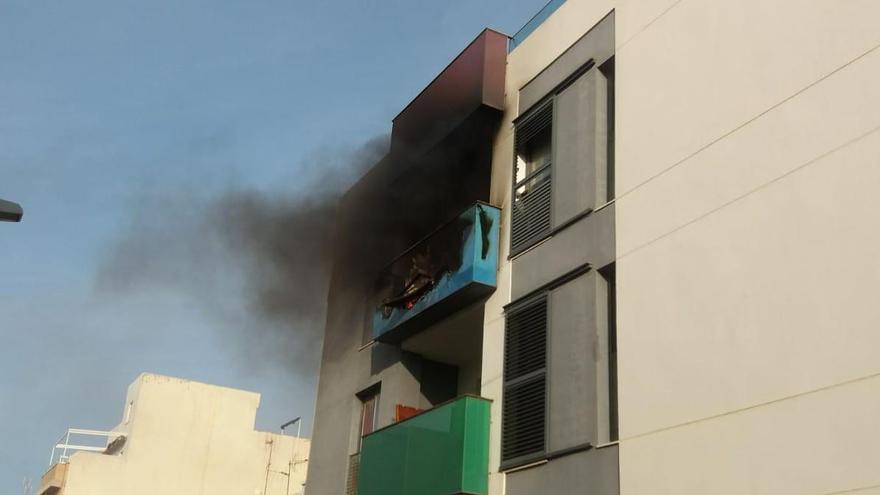 Un incendio obliga a desalojar toda una finca en el Port de Sagunt