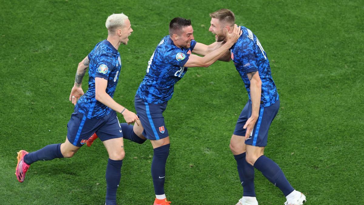 Los jugadores de Eslovaquia celebrando un gol.