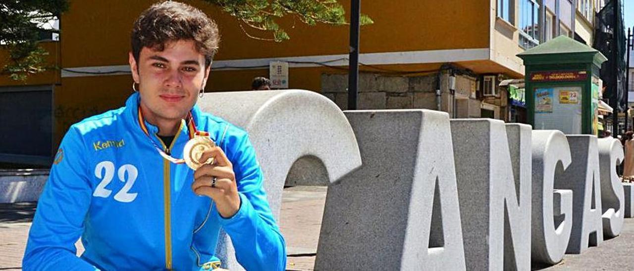 José Cerqueiro en Cangas con su medalla de campeón de España. |  // GONZALO NÚÑEZ