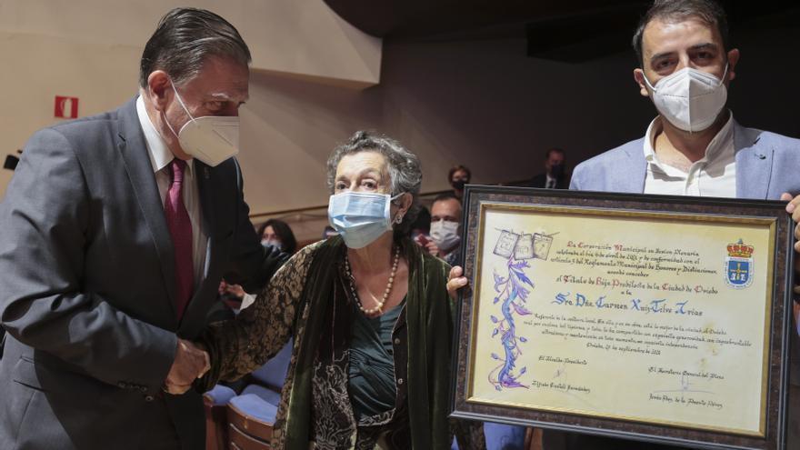 """El hijo de Carmen Ruiz-Tilve agradece el reconocimiento como Hija Predilecta de Oviedo: """"Mi madre es monógama, tiene claro que el lugar que quiere es Oviedo"""""""