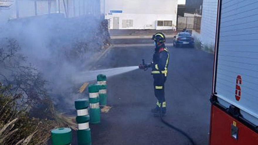 Arden contenedores en Garachico
