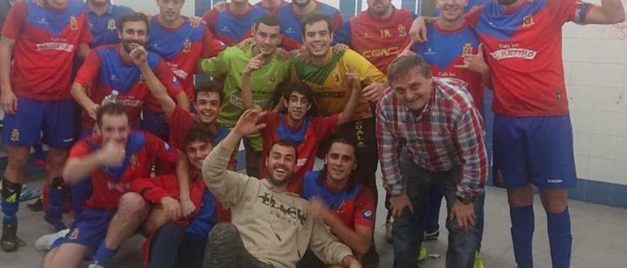Los jugadores del Condal B, celebrando el ascenso.