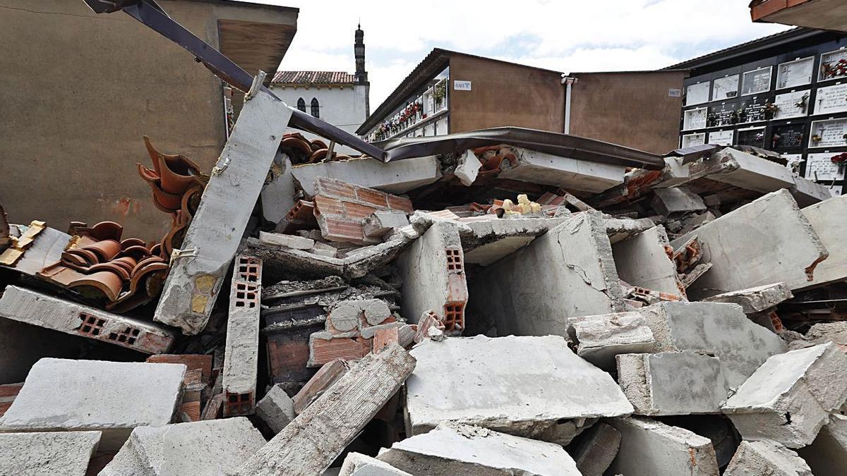 Los escombros generados por el derrumbe de la batería de nichos del cementerio de Limanes.   Luisma Murias