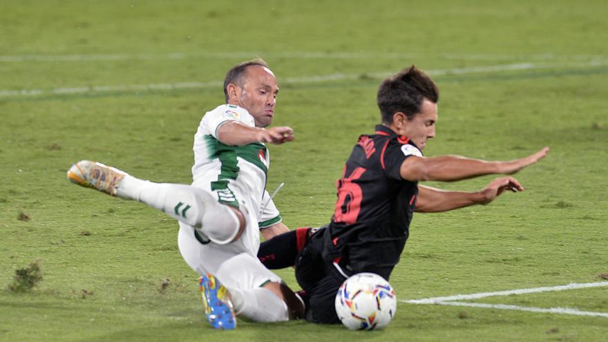 Nino, que ayer con 40 años debutó con el Elche en Primera División, cae al suelo en una pugna con Gorosabal.