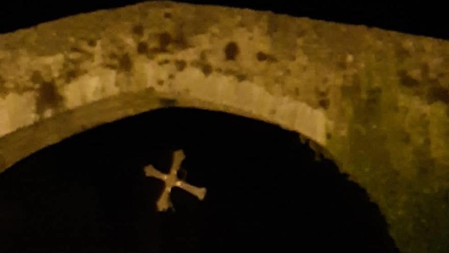 Así quedó la Cruz tras el acto vandálico.