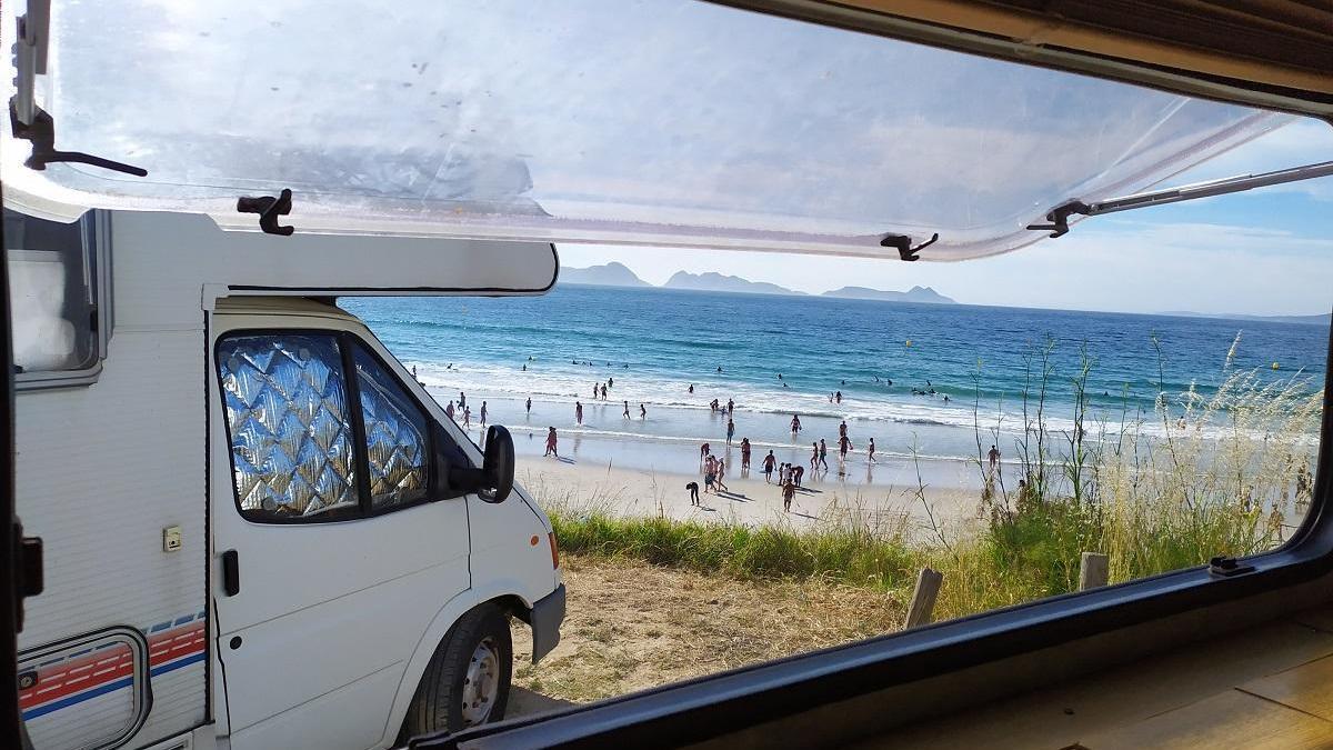 Vista de la playa de Patos, en Nigrán, desde el interior de una autocaravana. / A. Pinacho