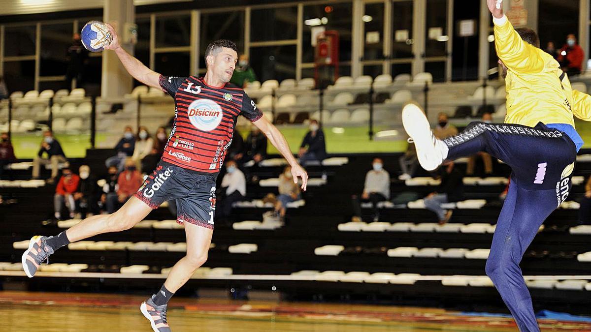 Jorge, en una jugada del partido jugado el pasado fin de semana en el Arena.    // BERNABÉ/JAVIER LALÍN