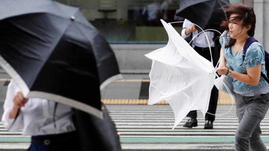 El tifón Jebi golpea con violencia el oeste de Japón