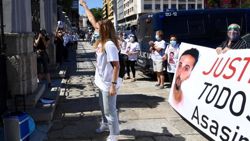 Familia y amigos del fallecido en Nochevieja protestan por la salida de prisión del acusado