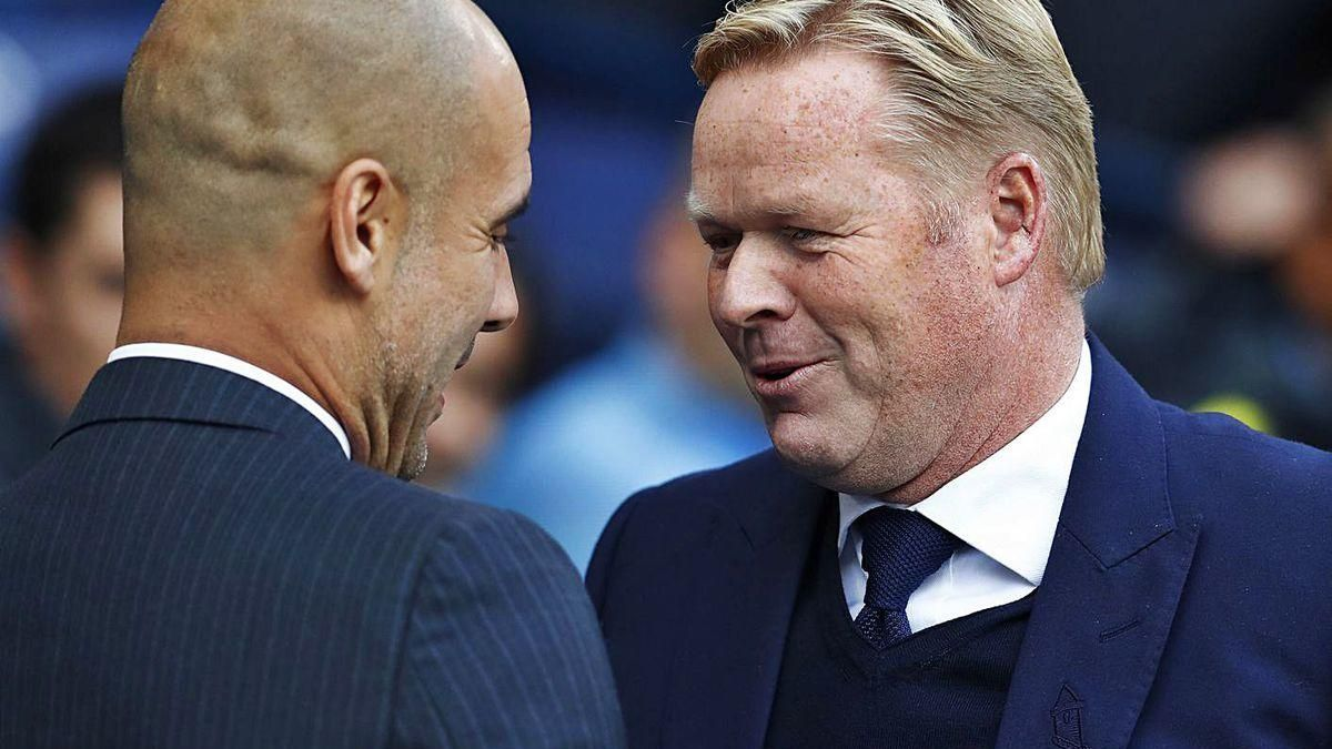 Koeman conversa con Guardiola durante un partido de la Premier.