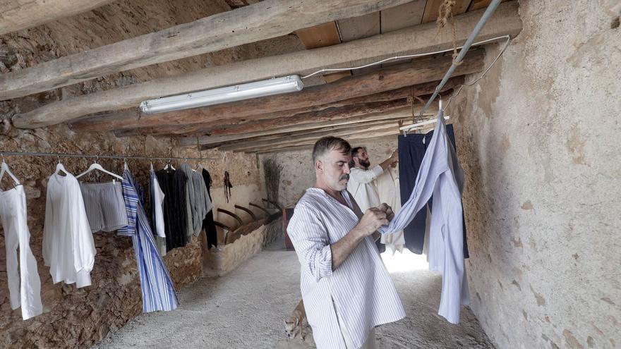 Mallorca-Mode im rustikalen Rahmen: Sebastián Pons zeigt bei sich im Stall neue Entwürfe