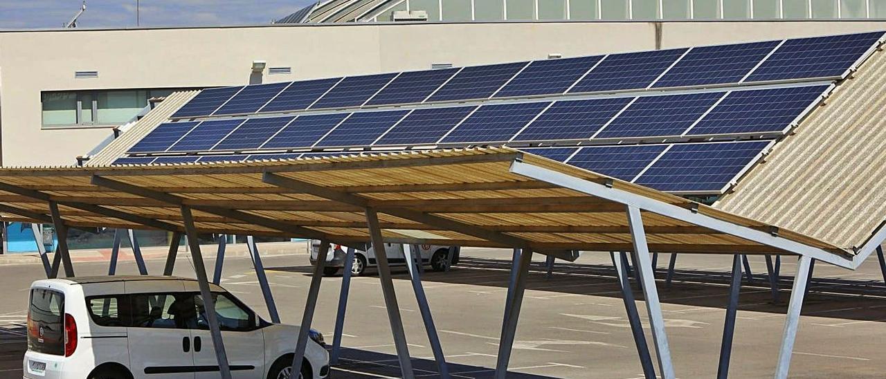 Placas solares en el aparcamiento del polideportivo internúcleos de Sagunt. | DANIEL TORTAJADA