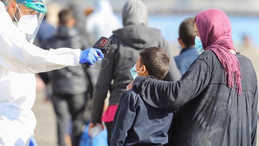 Rescatan a un centenar de migrantes a 154 km de Gran Canaria
