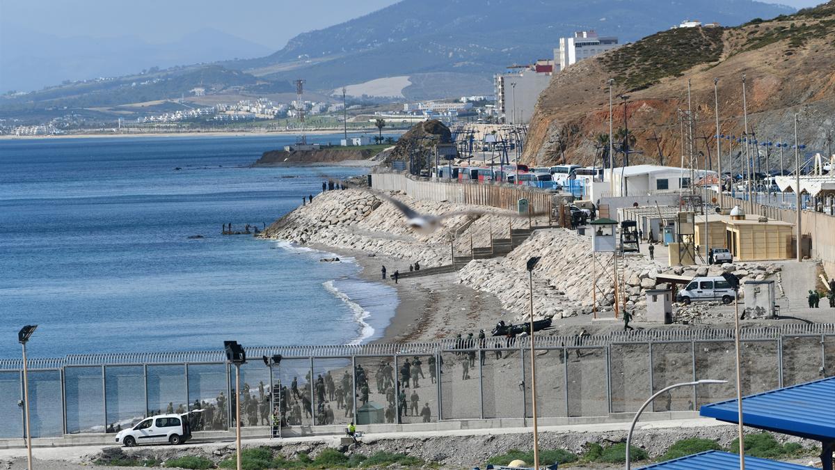 Agentes de la Gendarmería Real marroquí realizan entrenamientos en la frontera marroquí de la playa del Tarajal