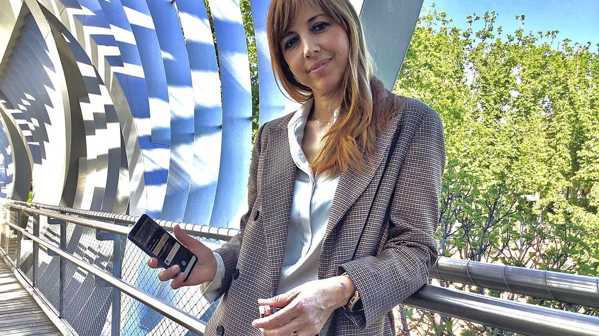 Ruth Remolar, CEO de Laky, con la aplicación y el mecanismo que instalan para la apertura digital. | EMV