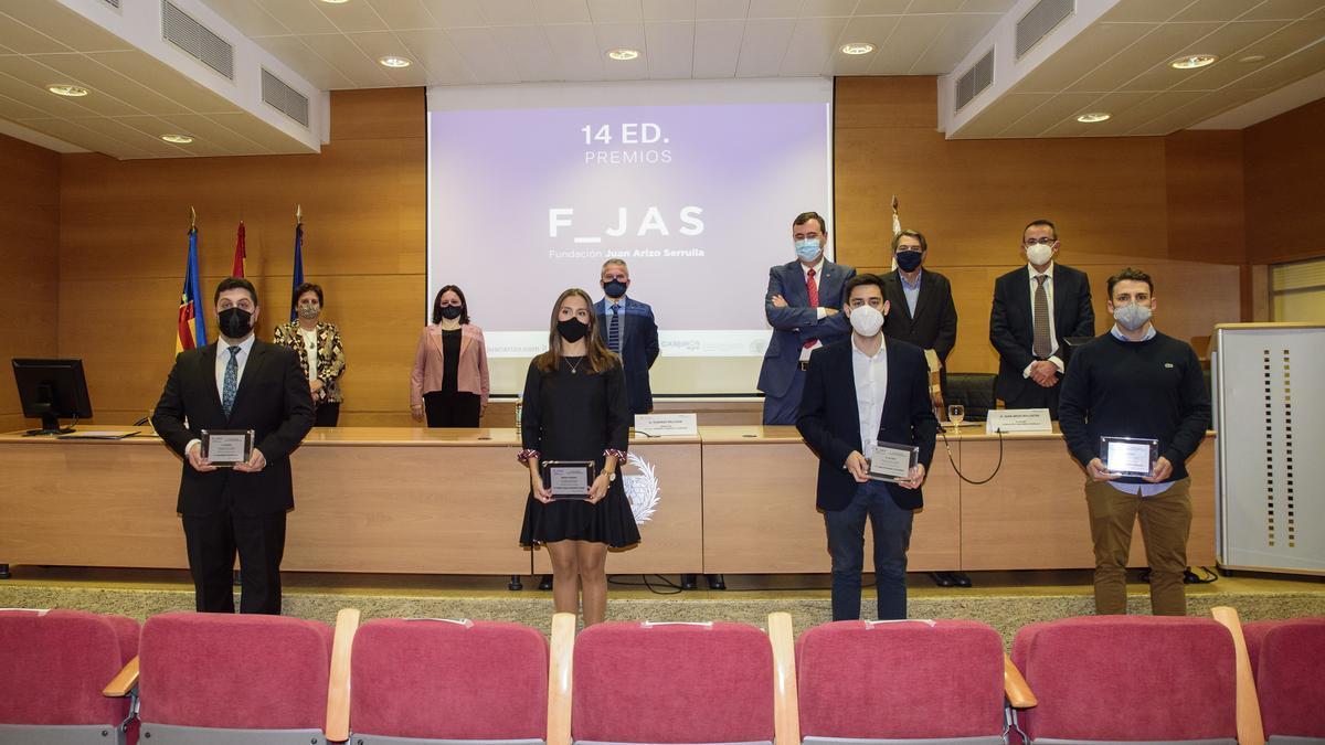 Jurado, patronos y premiados tras la entrega de premios.