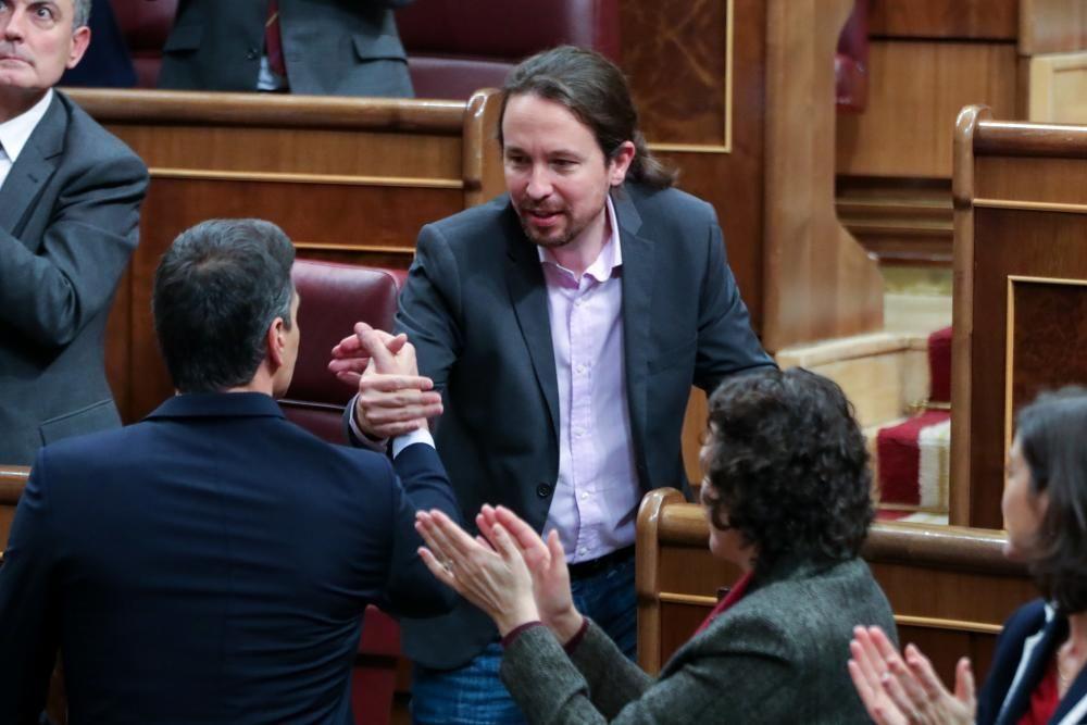 El líder de Podemos, Pablo Iglesias, estrecha ...