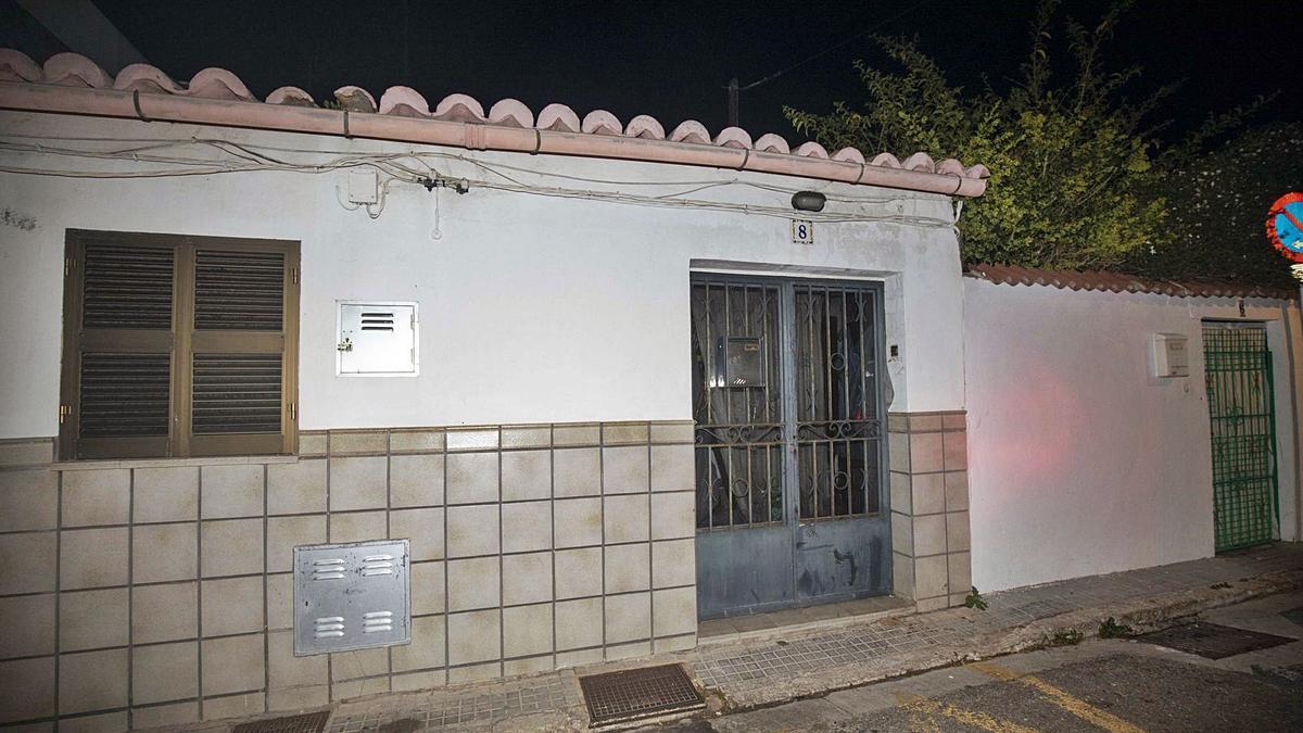 Exterior de la casa en la que encontraron el cadáver ayer por la tarde, en la calle Prunes de La Soledat, en Palma.
