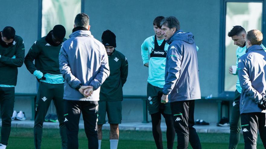 Joaquín, Guardado y Montoya, bajas por Covid-19 para el derbi ante el Sevilla