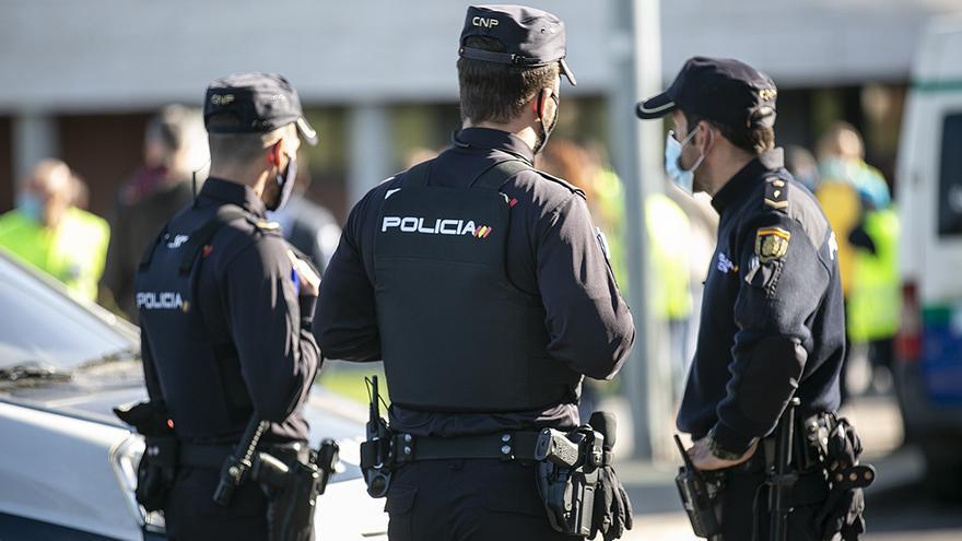 Tres arrestados por una reyerta en la que tiraron a un joven a las rocas en Tenerife