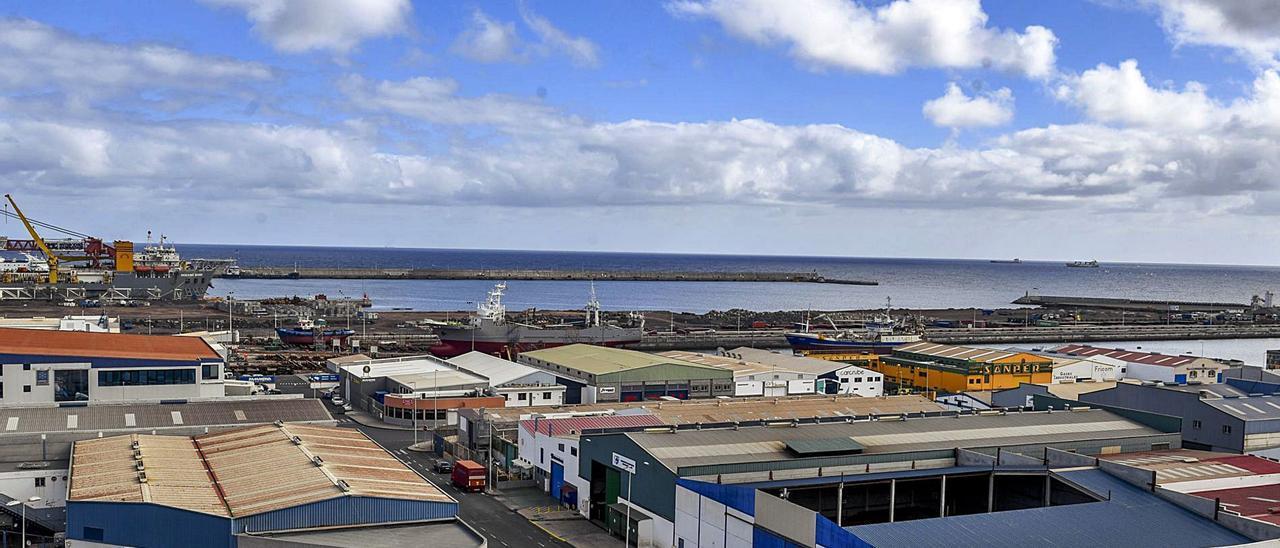 Vista de la trasera del muelle Reina Sofía y la dársena de África, donde Zamakona prevé instalar una terminal de servicios a la industria eólica en alta mar.