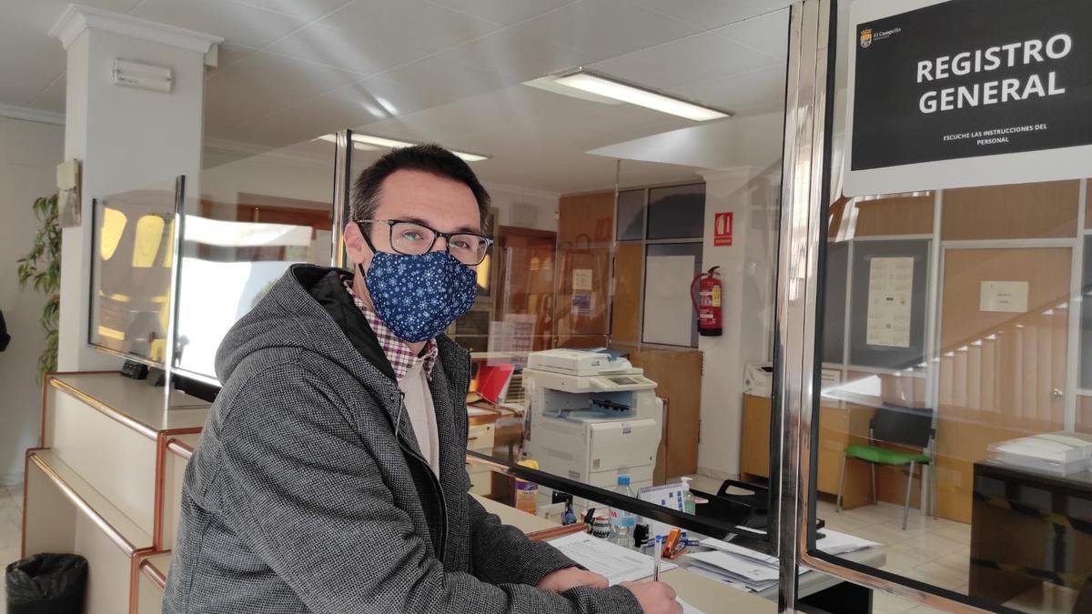 El edil de Podemos acompañó a los vecinos a entregar las firmas