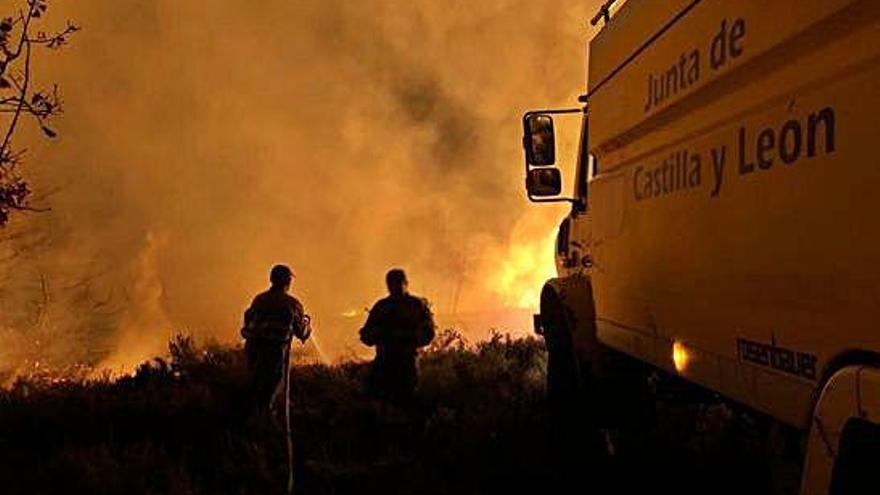 Extinción de un incendio forestal, veranos atrás, en la comarca de Aliste.