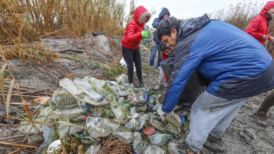 Los ecologistas culpan a la CHS de la contaminación del río por plásticos