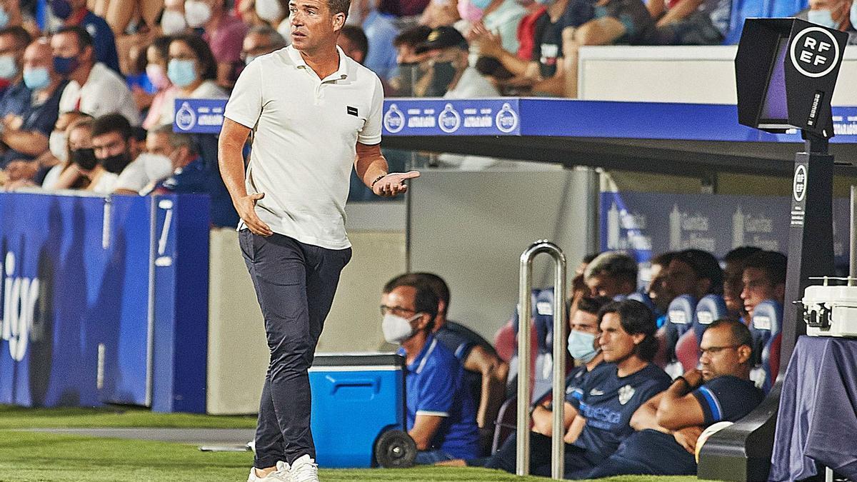 Luis Carrión, entrenador del FC Cartagena, durante el partido frente al Huesca esta temporada.  | LOF