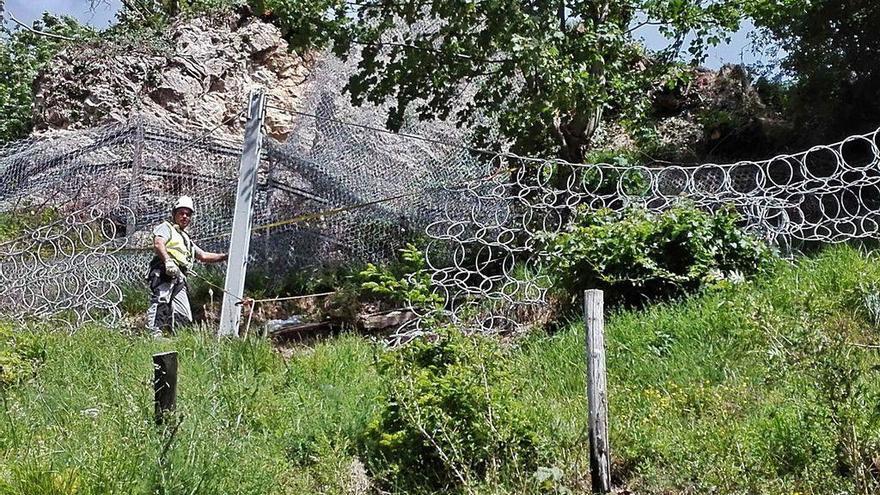 Finaliza la retirada de la gran roca que amenazaba varias viviendas en Laviana