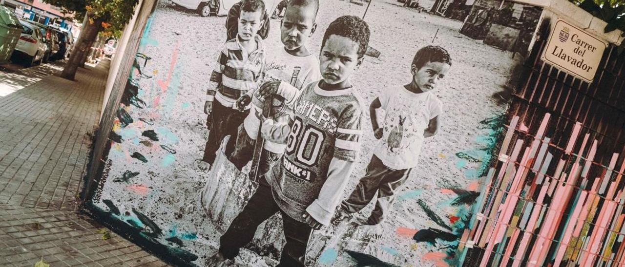 Un mural alusivo a la infancia pintado en el exterior del colegio Joan XXIII del Grau de Gandia.