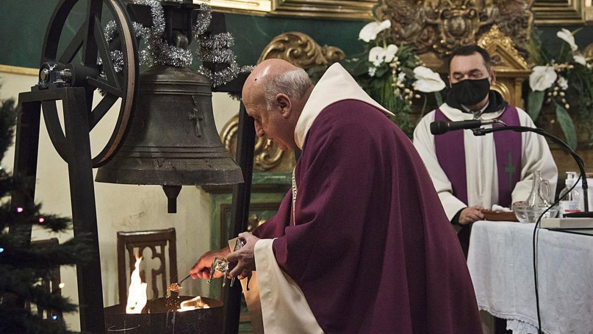 Ritual de benedicció de la campana per part del germà Valentí Tenes, ahir al migdia