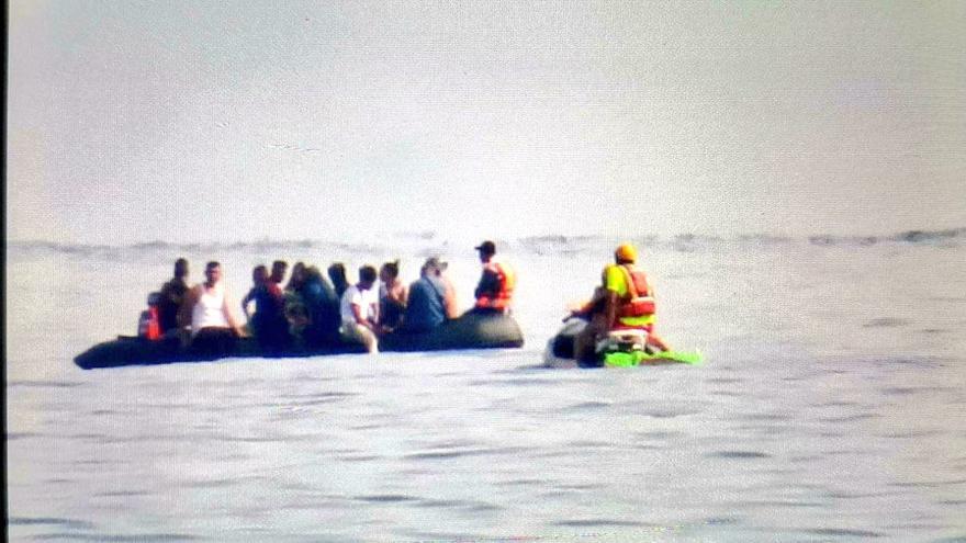 Interceptadas dos pateras con 32 hombres y una mujer migrantes en Murcia