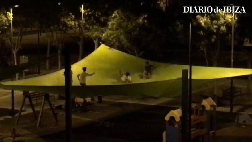 Saltan sobre el toldo de un parque en Ibiza como si fuera una cama elástica